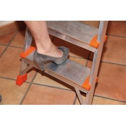 Escalera aluminio plegable peldaño.  Detalle peldaño