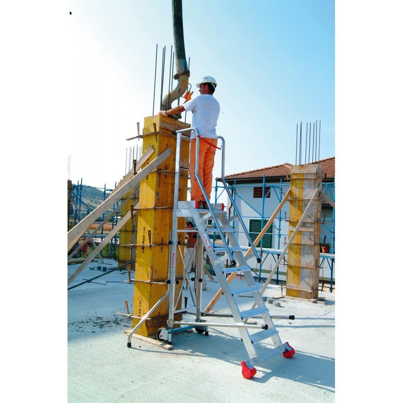 Escalera aluminio plataforma parte posterior recta. Trabajando contra pilar