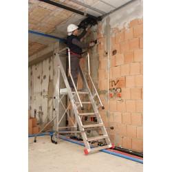 Escalera aluminio plataforma parte posterior recta. Trabajo lateral.